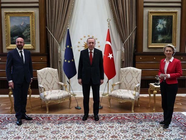 Virallisissa kuvissa Michel, Erdoğan ja von der Leyen poseerasivat rinnakkain seisten.