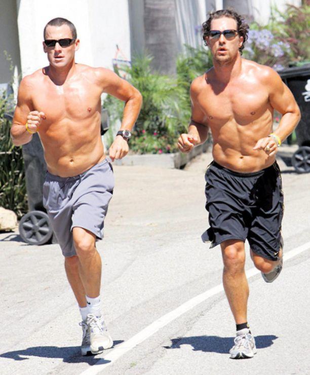 LanceArmstrong (vas.) harjoittelee näyttelijäystävänsä Matthew McConaucheyn kanssa Hollywoodissa.