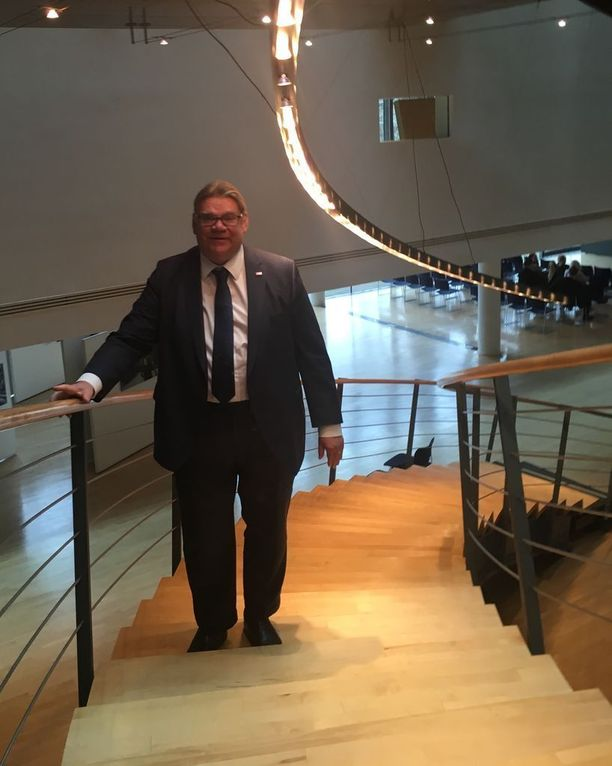 Ulkoministeri Timo Soini (sin) tunnetaan siitä, ettei hän julkaise some-kannanottoja. Hän myöntää pohtivansa, pitäisikö sittenkin.