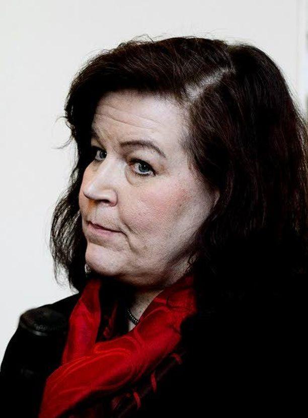 Kansanedustaja Anne Holmlundin johtama lakivaliokunta käsittelee kansalaisaloitetta tasa-arvoisesta avioliitosta.
