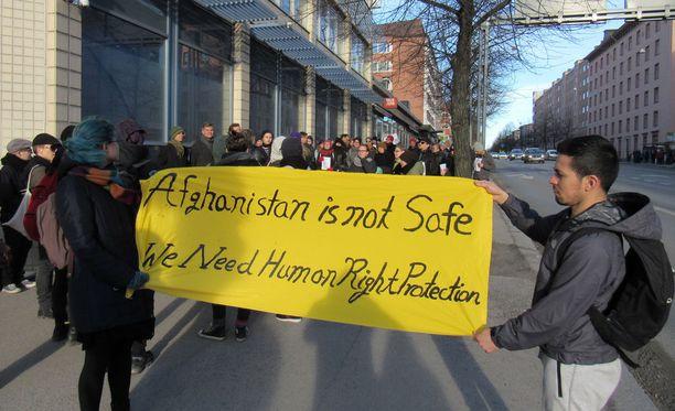 Satakunta ihmistä marssi keväällä 2017 Tampereen keskustan läpi poliisilaitokselle mielenilmauksena Maahanmuuttoviraston organisoimia, kielteisen turvapaikkapäätöksen saaneiden henkilöiden palautuksia vastaan.