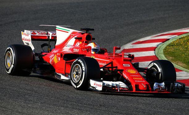 Sebastian Vettel ei saa antaa kommentteja julkisuuteen ennen keskiviikon testipäivän päättymistä.