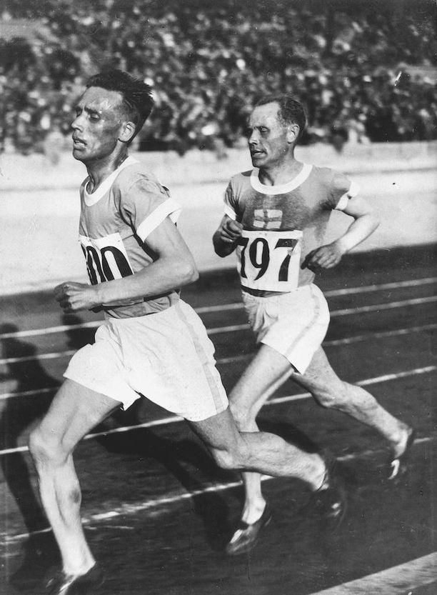 Ville Ritola (edessä) voitti urallaan viisi olympiakultaa, Paavo Nurmi yhdeksän.
