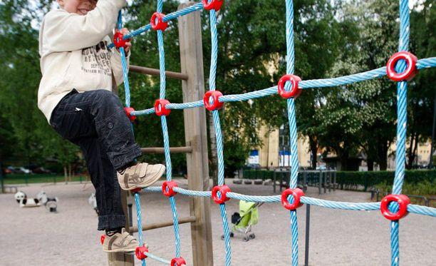 Kaupungit alkavat olla ongelmissa leikkipaikkojen turvavaatimusten kanssa.