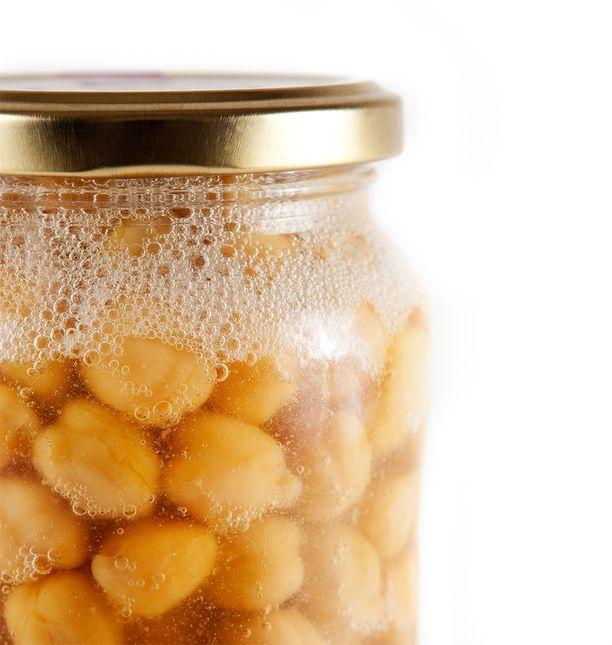 Kikhernepurkista valutettava, aquafaba-nimellä tunnettu liemi voidaan vaahdottaa ja käyttää kuten kananmunaa.