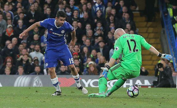 Chelsean Diego Costa uittaa pallon Middlesbrough'n maalivahti Brad Guzanin jalkojen välistä: 1-0.