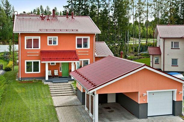 Kuopiossa sijaitsevan kivitalon ulkopinnan väritys jatkuu sisällä.