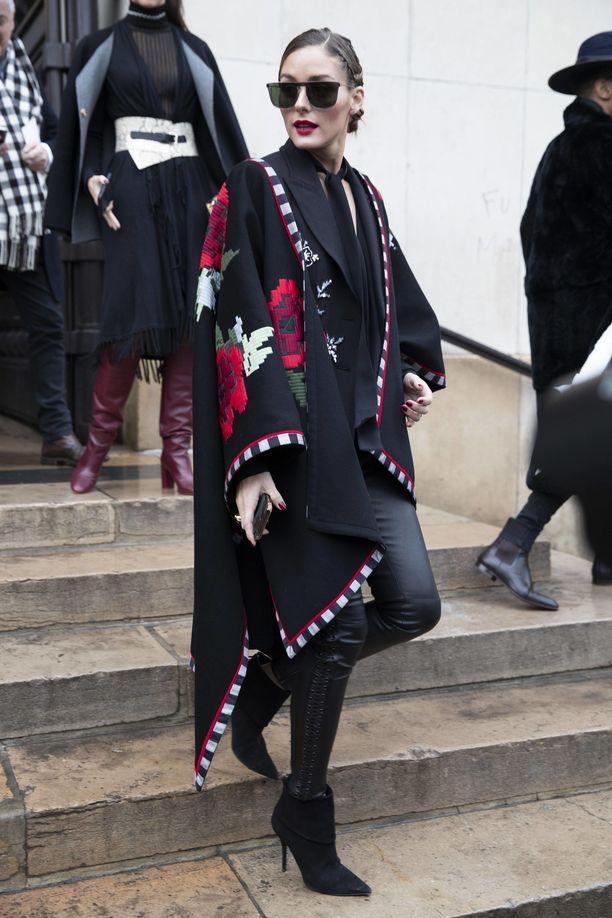 Myös muotiguru Olivia Palermo rakastaa yhä pillilahkeita ja tietää, että tiukat housut kaipaavat rinnalleen väljempiä muotoja. Nahkamateriaali tekee leggingseistä puetun näköiset. Saman väriset mustat, sirot korkonilkkurit saavat sääret näyttämään superpitkiltä.
