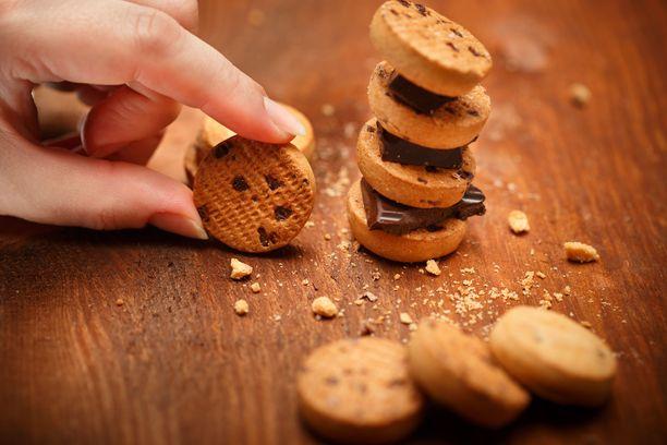 Kolme täytekeksiä tai yksi suklaapatukka päivässä voi jo nostaa ennenaikaisen kuoleman riskiä.