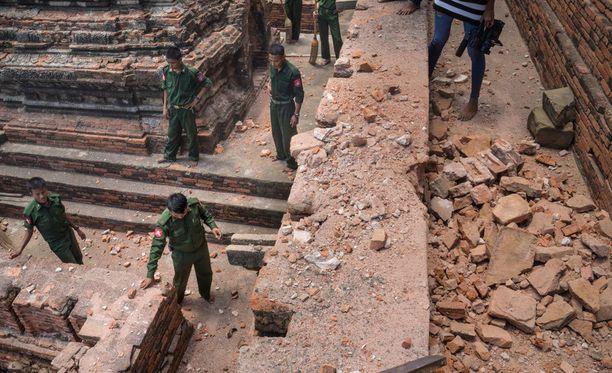Maanjäristys tuhosi temppelialuetta Myanmarissa.