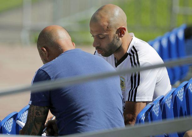 Päävalmentaja Jorge Sampaoli sai taktisia neuvoja Javier Mascheranolta (oikealla).