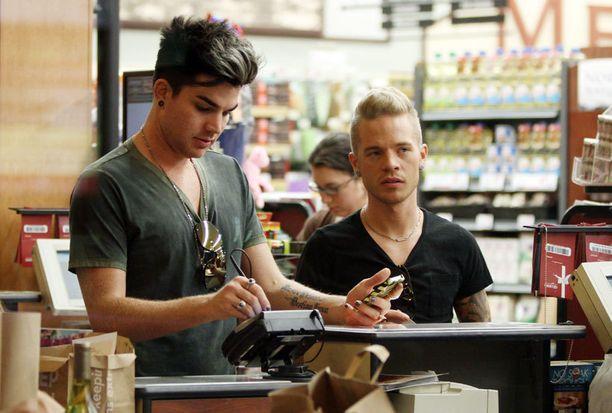 Sauli ja Adam kävivät ruokaostoksilla lähikaupassaan.
