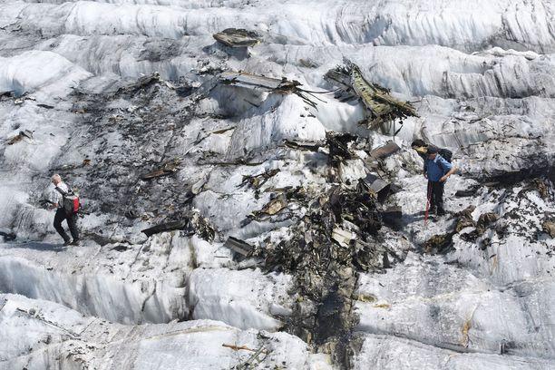 Patikoijat tutkivat amerikkalaisen lentokoneen jäännöksiä Sveitsin Alpeilla.