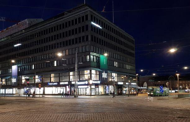 Uhri oli saattamassa miestä Helsingin rautatieasemalle joutuessaan raiskauksen uhriksi Sokoksen vessassa.