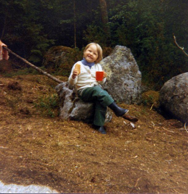Kuvassa vuodelta 1981 Minna Palmroth on vanhempiensa mökin rakennustyömaalla. Remontointi ja mökkeily ovat hänelle itselleen nykyään harrastuksia.