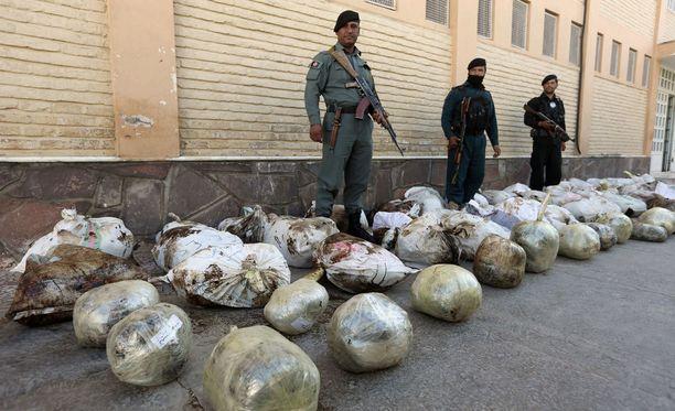 Afganistanin turvallisuusjoukot näyttivät opiumpakkauksia toimittajille Heratissa lokakuussa.