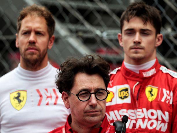 Mattia Binotto (kesk.) istunee talvella alas Sebastian Vettelin (vas.) ja Charles Leclercin kanssa. Kolmikon ensimmäinen yhteinen kausi oli odotuksiin nähden suuri pettymys.