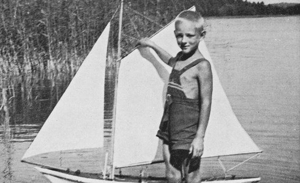 Pekka Herlin ja Norna-purjevene. Norna oli Herlinien perintökalleus, mutta se varastettiin evakuoinnin jälkeisestä säilytyspaikastaan.