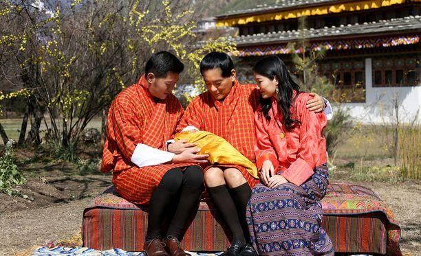 Kuvassa Bhutanin kuningaspari yhdessä kruunusta luopuneen Jigme Singye Wangchuckin kanssa.