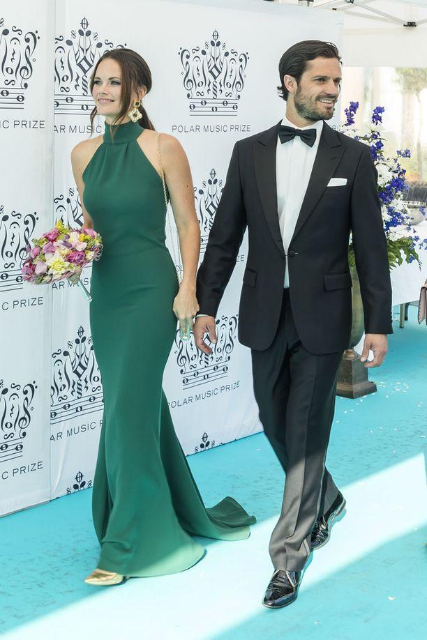 Prinsessa Sofia prinssinsä käsipuolessa...