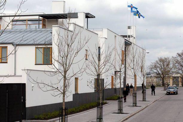 """Suomen suurlähetystö, """"Finska Borgen"""", sijaitsee Tukholman Gärdetissä. Viinasen epäillään ahdistelleen edustustehtäviensä aikana myös lähetystön vieraita."""