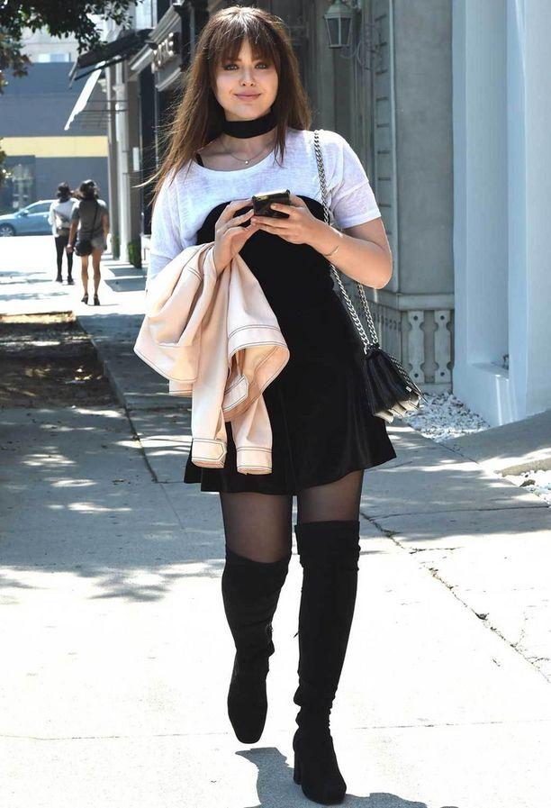 Parhaatkaan eivät aina onnistu. Muotibloggaaja Kristina Bazan kuvattiin pitkissä nahkasaappaissa, sukkahousuissa ja kerrostetussa mekossa Hollywoodissa lämpötilan keikkuessa 33 asteessa. Ei ihme, että asuun suunniteltu takki kulkee mukana käsivarrella.