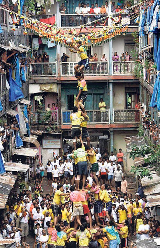 Intian Mumbaissa juhlittiin hindujumala Krishnan syntymäjuhlaa janmashtamia. Palvojat kipuavat toistensa päälle yltääkseen yläilmoissa killuvaan ruukkuun, joka sisältää voita. Tapa johtuu siitä, että Krishnan uskotaan pöllineen usein voita tyhmiltä kyläläisiltä.
