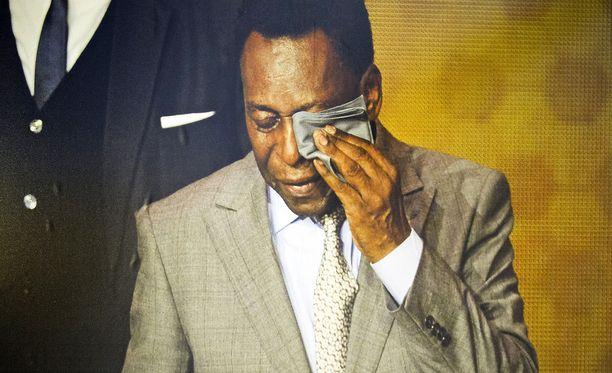 Pelé liikuttui kyyneliin, kun hänet palkittiin tänä vuonna Kultainen pallo -kunniapalkinnolla. Kultaisen pallon saa maailman paras pelaaja.