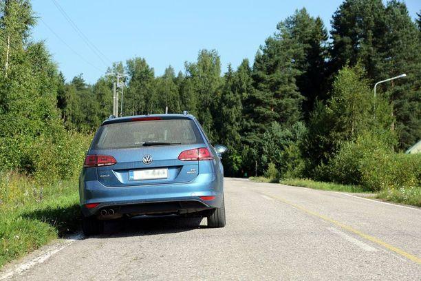 Kielletty: Suomessa saa pysäköidä yksisuuntaisia osuuksia lukuun ottamatta vain ajosuunnasta katsottuna tien oikeaan reunaan.