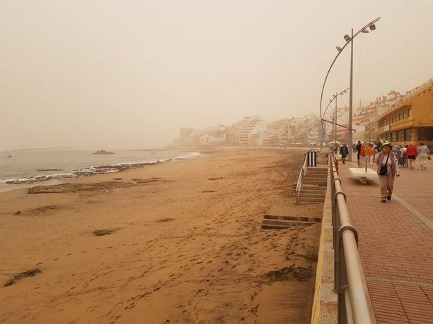 Las Palmasin rantakatu värjäytyi keltaiseksi lauantaina.
