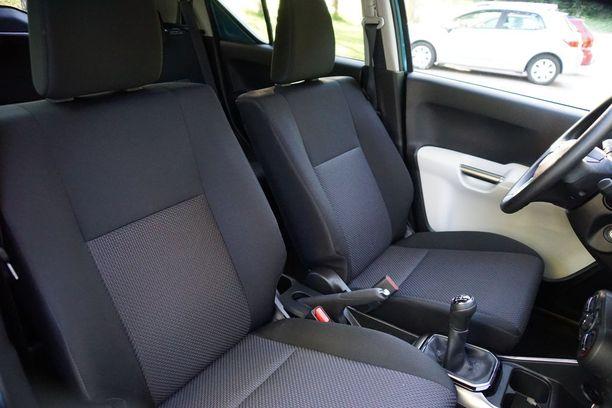 Etuistuimet ovat asialliset. Kuljettajan istuimen pitkä reisituki ansaitsee erityiskiitoksen.
