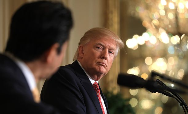 Donald Trump kuunteli Shinzo Aben puhetta ja nyökytteli ymmärtävästi.