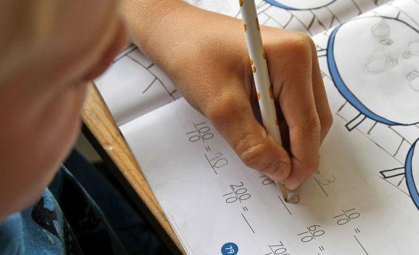 Vasenkätisen kirjoituskäsi laahaa tekstin päällä ja sotkeutuu.