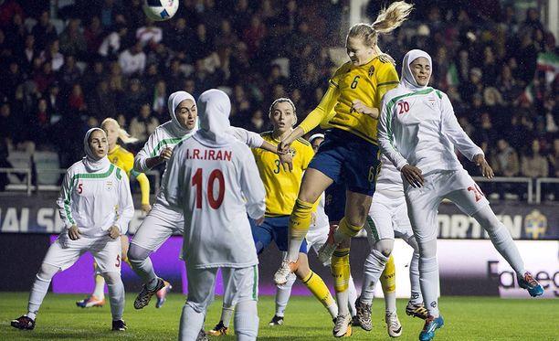 Iranin naisjalkapalloilijat pelasivat Ruotsia vastaan Göteborgissa lokakuussa 2016.