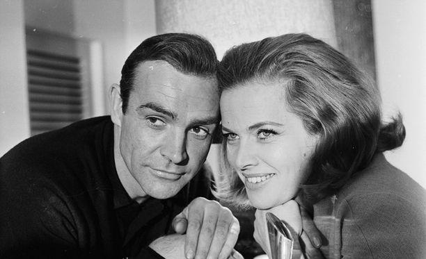 Kultasormi sai ensi-iltansa 1964. Conneryllä on päässään hiuslisäke.