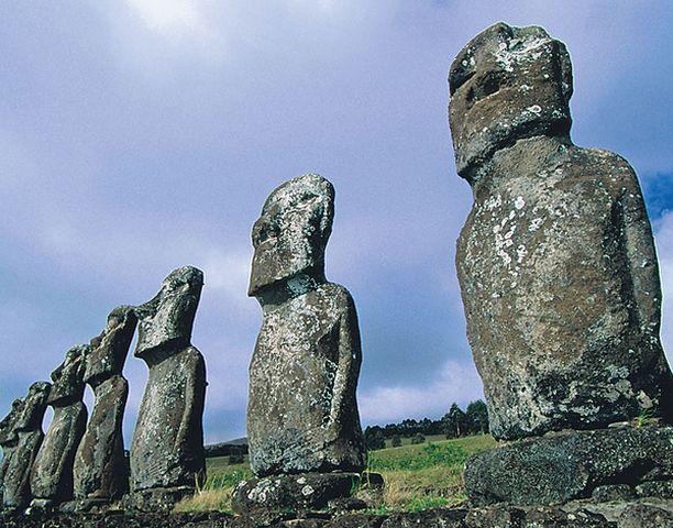 Kiviset moai-patsaat liittyvät Pääsiäissaaren polynesialaisperäisen väestön mystiseen menneisyyteen.