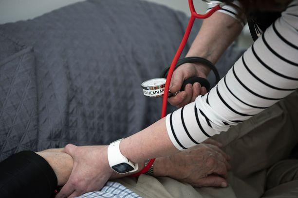 Verenpaineen mittaus ja seuraaminen on kotihoidon perustöitä.