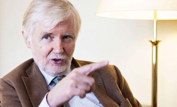 Ulkoministeri Erkki Tuomioja moittii upseeria sopimattomasta politikoinnista.