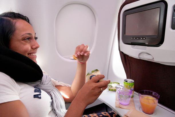 Lentokoneen ykkösluokassa on tarjolla enemmän palveluja kuin kakkosluokassa.