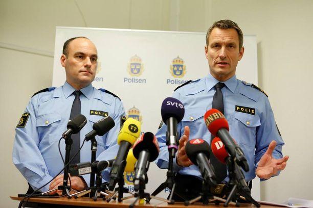 Rajapoliisin päällikkö Patrik Engström ja poliisijohtaja Thomas Wallberg vakuuttavat poliisin kontrolloivan lähes sataprosenttisesti Saksasta ja Tanskasta saapuvaa liikennettä.