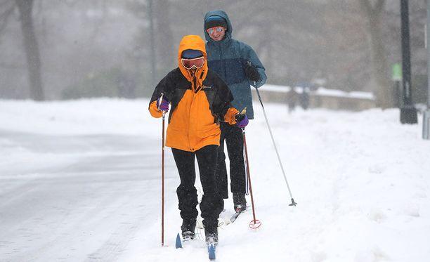 Lumesta voi olla iloakin. Nämä ihmiset pääsivät hiihtämään New Yorkin keskuspuistoon.
