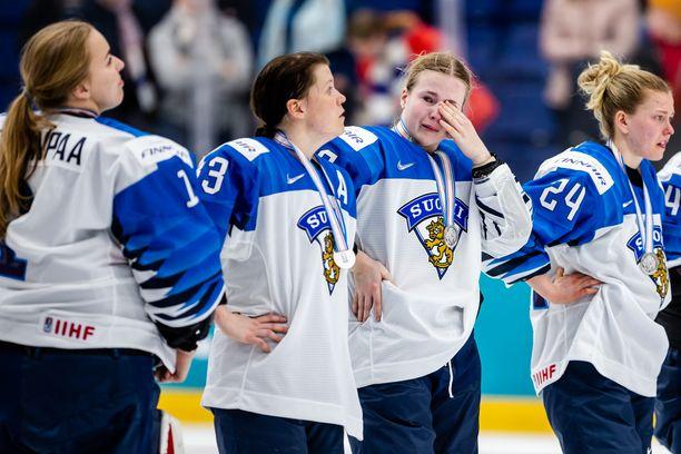 Petra Nieminen (kolmas vasemmalta) ja muut Naisleijonat olivat murtuneita MM-finaalin jälkeen. USA voitti rankkareilla 2–1.