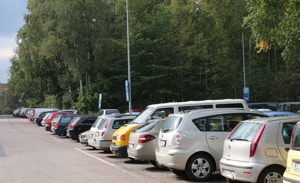 Eläintarhan kentän kupeessa on ilmaisia pitkäaikaisia parkkipaikkoja. Arkistokuva.