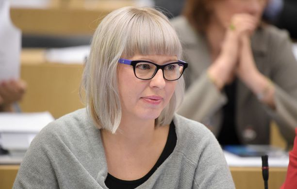 Anna-Kaisa Pekonen (vas) moitti sitä, että kansanedustajat saivat yli 300-sivuisen esityksen soten valinnanvapaudesta vasta tiistaina.