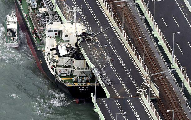 Öljytankkeri törmäsi siltaan lähellä Osakan lentokenttää.