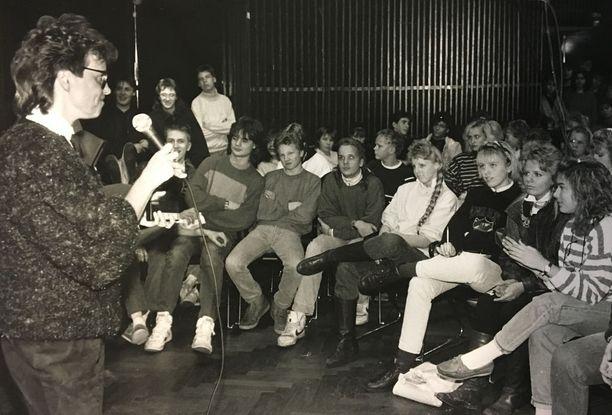 Lääkäri Sirkka-Liisa Valle kertoo tässä aidsista nuorille vuonna 1989.