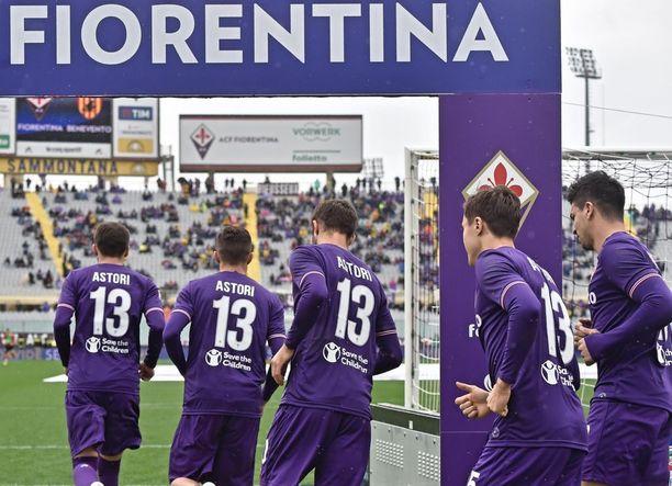 Ennen peliä Fiorentinan pelaajat käyttivät paitoja, joissa oli Davide Astorin nimi ja pelinumero.