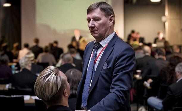 Sdp:n puoluevaltuuston kokous Hyvinkäällä. Kansanedustaja Jukka Gustafsson taputtaa kansanedustaja Ilmari Nurmista olalle.
