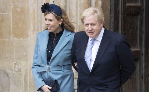 Uutta tietoa Boris Johnsonin voinnista: istuu ja jutustelee hoitajille – odottava kihlattu itkee kotona