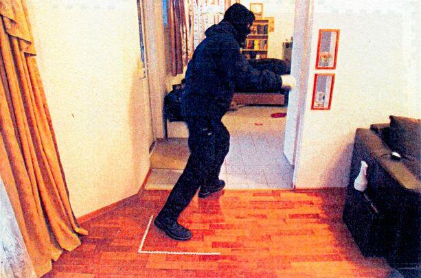 Poliisi rekonstruoi asunnon tapahtumat Anneli Auerin kuulustelukertomuksen perusteella.